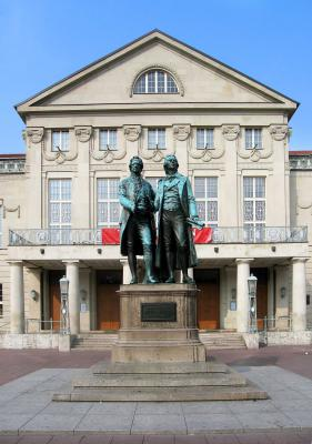Nationaltheater Weimar mit Denkmal von Goethe und Schiller